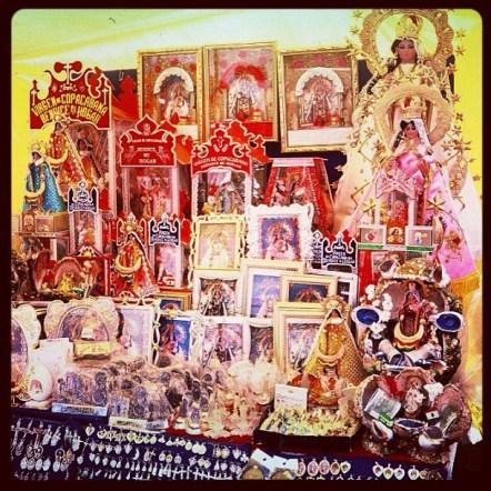 Lembranças temáticas no Santuario de Nuestra Señora de la Candelaria de Copacabana, Copacabana, Bolívia. 23/jan/2003