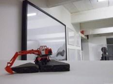 (13) «Les Engins et les matériaux» (2011) en miniature nous attirent, et ponctuent les ensembles photographiques.