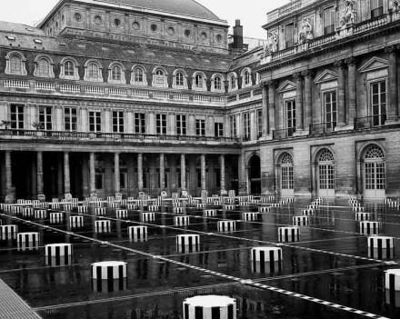 « Les deux plateaux », travail in situ permanent, Cour d'honneur du Palais-Royal, Paris, France, juillet 1986. Détail. © Daniel Buren / ADAGP, Paris