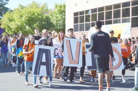 (KALE JIBSON/EYE OF THE TIGER) En la foto de arriba se encuentra los alumnos de las clases de AVID caminan en el desfile de Homecoming.