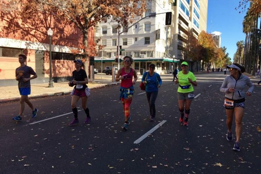La maestra de español Maria Pitts se respone despues de herida, participa en un maratón