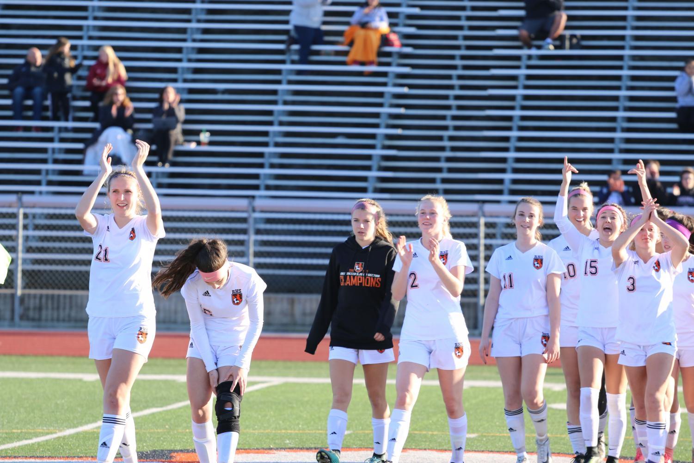 (JACKSON YOUNG/EYE OF THE TIGER)  El equipo de futbol femenino celebra su victoria contra el equipo de futbol femenino de Laguna Creek. Las chicas ganaron con una puntuacion de 3-0 en el viernes contra Laguna Creek.