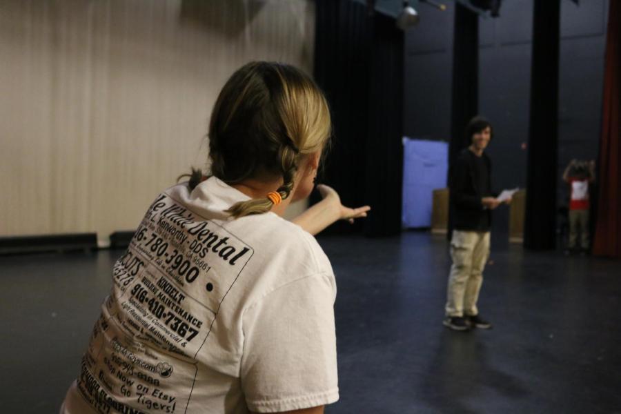 La nueva profesora de drama entrena a sus estudiantes