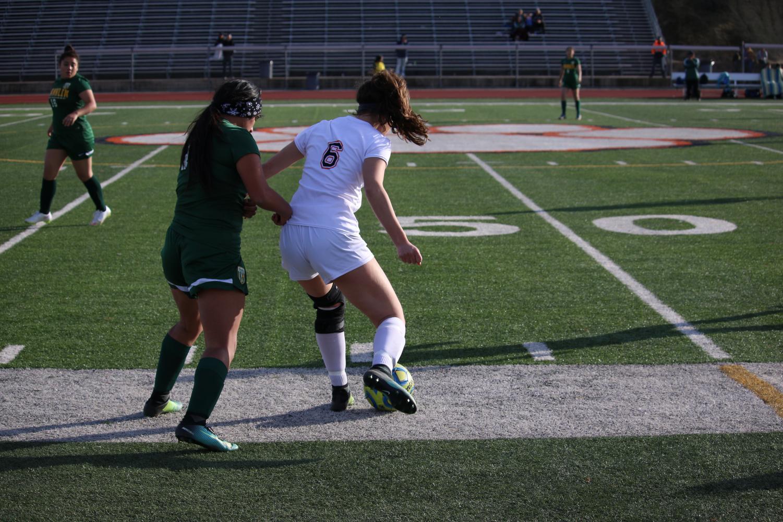El estudiante de duodécimo grado Hailey Linarez jugó su primera temporada en la escuela el año pasado, debido a lesiones que la dejaron fuera tanto en su primer año como en su segundo año.