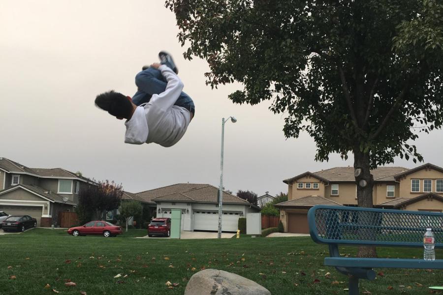 El estudiante da un salto mortal en acción