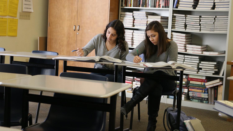Arriba, los estudiantes en la clase de Historia Europea AP de Carol Crabtree trabajan fuera de un libro de texto. Con la Iniciativa Chromebook Uno-a-Uno de RJUHSD, los materiales impresos puden convertirse en algo del pasado.