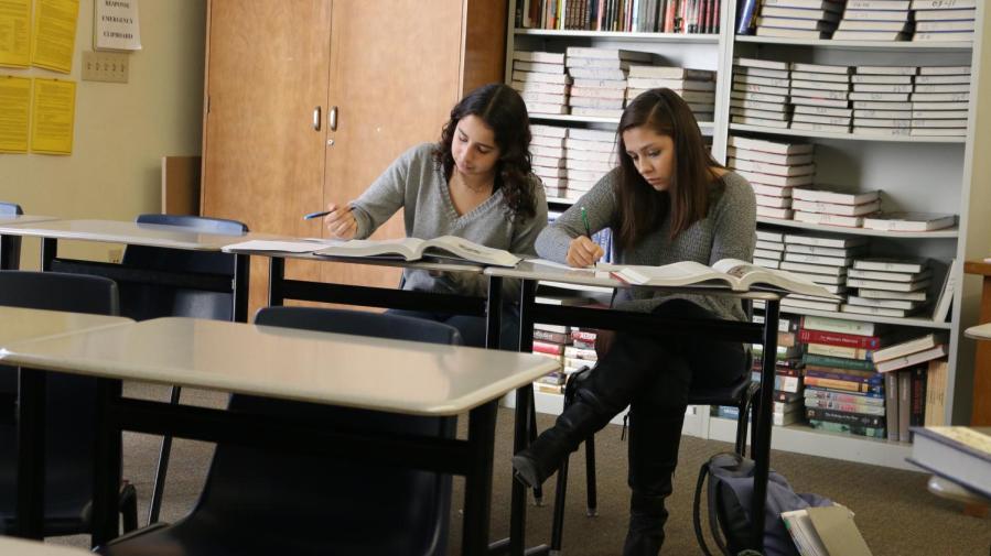 Arriba%2C+los+estudiantes+en+la+clase+de+Historia+Europea+AP+de+Carol+Crabtree+trabajan+fuera+de+un+libro+de+texto.+Con+la+Iniciativa+Chromebook+Uno-a-Uno+de+RJUHSD%2C+los+materiales+impresos+puden+convertirse+en+algo+del+pasado.%0A%0A%0A%0A%0A