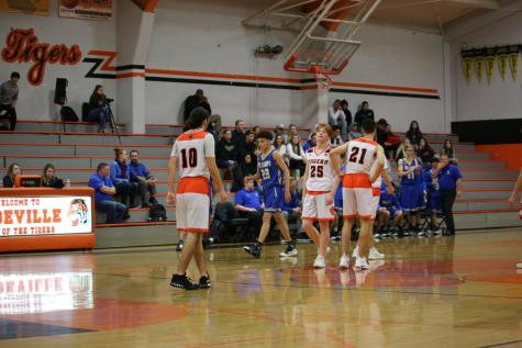 Boys varsity basketball remains undefeated