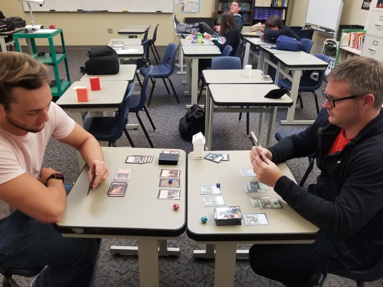 """Un juego lleno de estrategia, batallas y pura suerte; los estudiantes de RHS han aprovechado lo que muchos considerarían como el juego obsoleto de """"Magic the Gathering."""