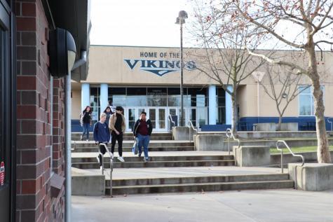 Estudiantes caminan a sus segundos periodos en la escuel secundaria de Oakmont. Administradores proyectan perdiendo alrededor de 800 estudiantes y 15 profesores durante los siguiendo tres años. Nuevos límites de asistencia son programados para entrar en vigor en el año 2022-23 con la esperanza de balanceando inscripción en todo de RJUHSD.