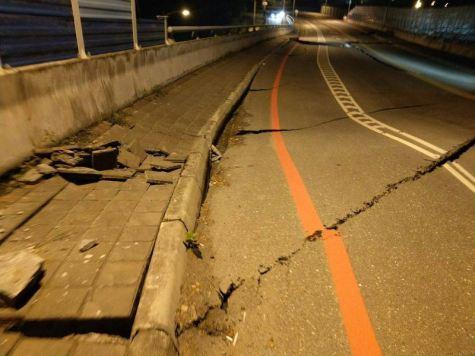 Road surface of the Qixin Bridge. (Photo taken from DPP legislator Hsiao Bi-khim Facebook)