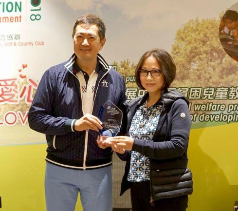 Charity Golf Tournament Ambassador Patrick Dunn presents a medal to a representative of the Eye on Taiwan Media in appreciation of its offer of HK$48,000 (NT$180,000) for the golden sponsorship of the event. Eye of Taiwan is a partner of Taiwan's Nancy Yu Huang Foundation which promotes education and journalism.