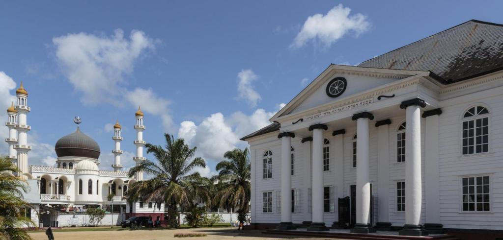 In de keizers straat ligt de grootste moskee in het Caribisch gebied direct naast een beetje minder synagoge