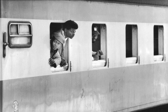 Minatori mozambicani tornano dal Sud Africa a Rossano Garcia, 1981