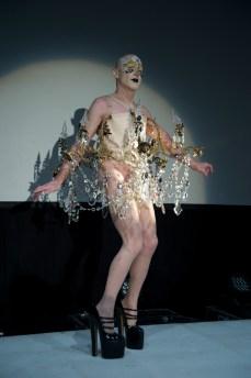 Chandelier performance by Steven Cohen. © Yves Gervais, BOZAR