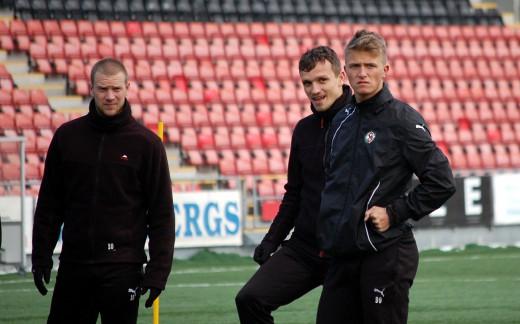 Anton Westerlund tillhör ÖSKs spetsgrupp och tränar alltså med A-truppen. Här med Shpetim Hasani och Peter Samuelsson.