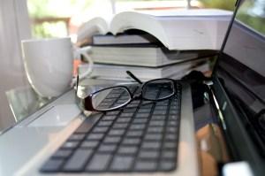 ordinateur-livres-poste-de-travai_axelle-b
