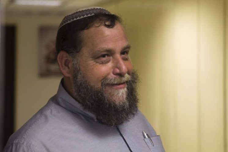 Benzion Gopshtein, leader of the far-right Israeli group Lehava, stands outside his lawyer's office before a news conference in Jerusalem August 11, 2015. Gopshtein, a Jewish ultranationalist, briefed reporters after his release from Israeli police questioning on Tuesday. Amid a rise in hate crimes in Israel, Gopshtein is under scrutiny for remarks he made at a conference that appeared to be in favour of arson attacks on churches. He has denied wrongdoing. REUTERS/Ronen Zvulun - RTX1NXX8