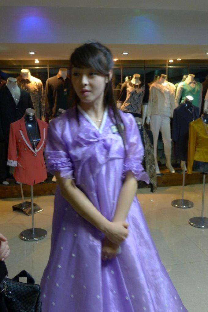 「我在北韓拍到的第一美女店員 」 PTT鄉民:如果她被金正恩發現可就慘了…..