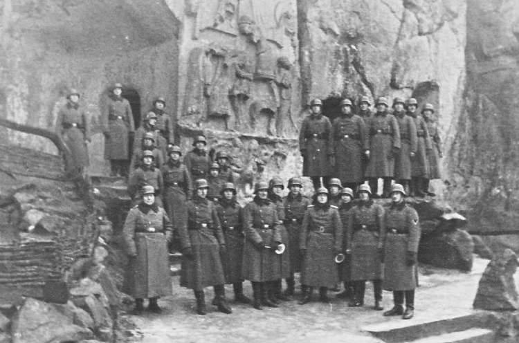 Экстернштайн из культурного памятника постепенно превращался в место паломничества всех германских националистов.
