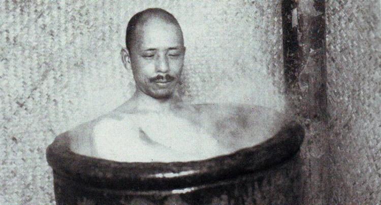 Японский офицер принимает ванну