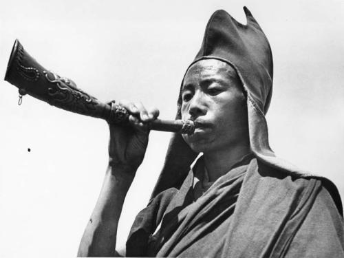 Gangtok, Lama mit Blasinstrument