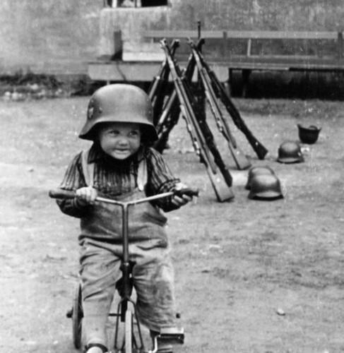 Лебенсборн маленький мальчик в каске