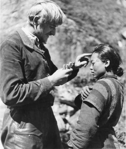 Бруно Бегер измеряет черепа тибетцев и делает глиняные слепки лиц