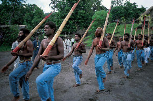 aborigeny-na-kulte-kargo-imitiruyut-belyh-voennyh Культ карго