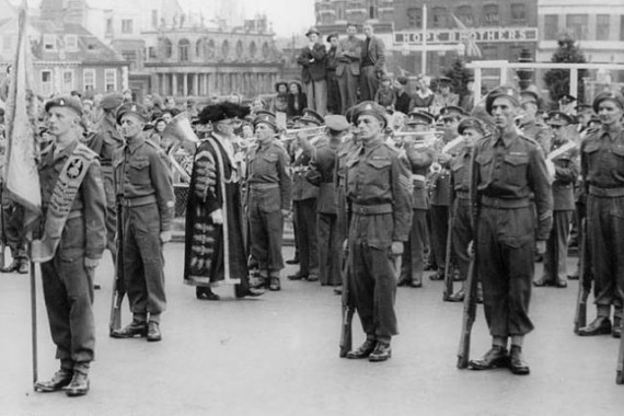 iu_002_guard_of_honour_royal_norfolk_regiment_norwich_mid-570x380