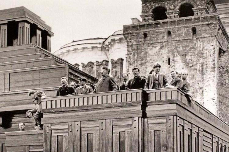 Наркомвоенморъ товарищъ Троцкiй ораторствуетъ съ праваго крыла трибуны второго «Мавзолея»