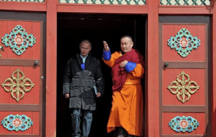 Путин побывал в Иволгинском дацане, главном монастыре Буддийской традиционной сангхи России, к святыне буддистов всего мира — нетленному хамбо-ламе Итигэлову.