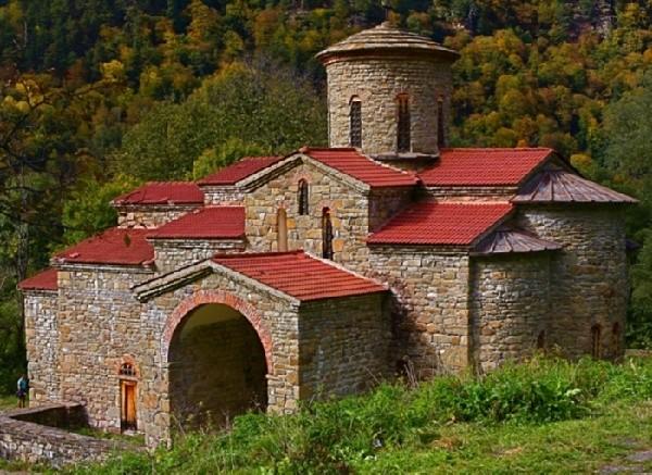Храм напротив лика Христа в Архызе