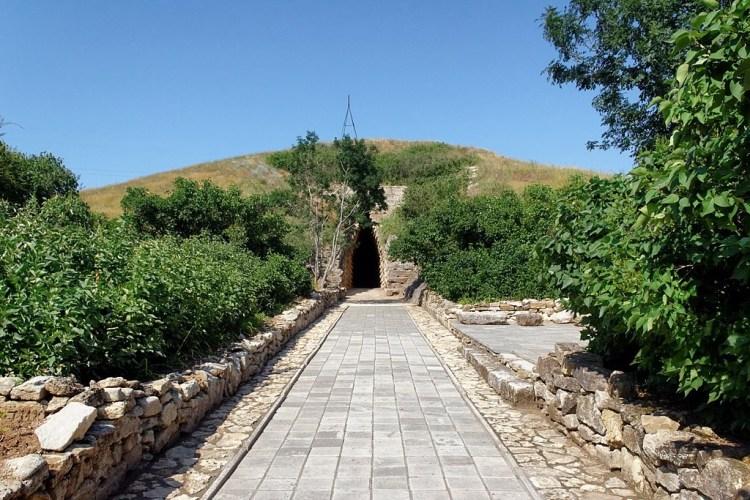 Дорожка к Царскому кургану в Аджимушкае