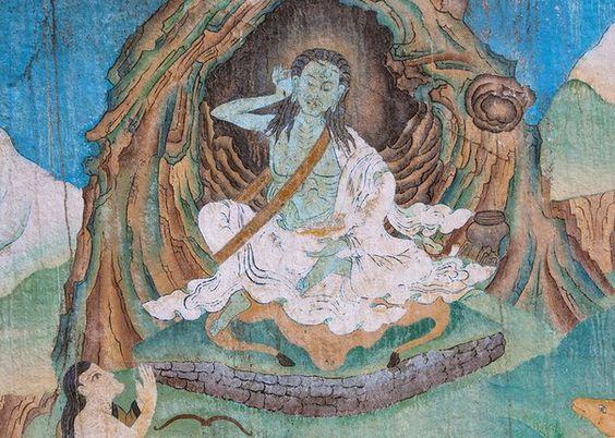 изображает Миларепу в позе с поднятой к уху правой рукой, внимающего другим неслышимые таинственные голоса дэв