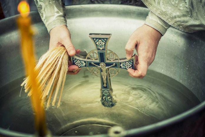 Праздник Крещение в 2019 году, или Богоявление, празднуется Православной Церковью 19 января по новому стилю. Накануне праздника, 18 января, установлен строгий пост.