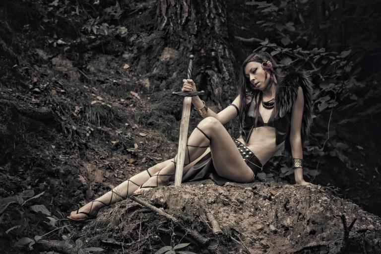 Амазонки Рядом с ней лежал скелет девочки, столь же роскошно украшенный. Вместе с ними в могилу положили оружие