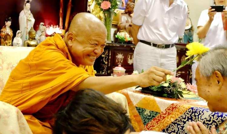 Аджан Вимоккха раздает благословление