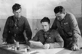 Командиры Красной Армии знакомятся с приказом И.В. Сталина «Ни шагу назад». 1942 г. e-reading.club