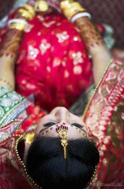 По давнему обычаю свадебный обряд проводится в доме отца невесты, и лишь после его завершения она может вступить в дом мужа