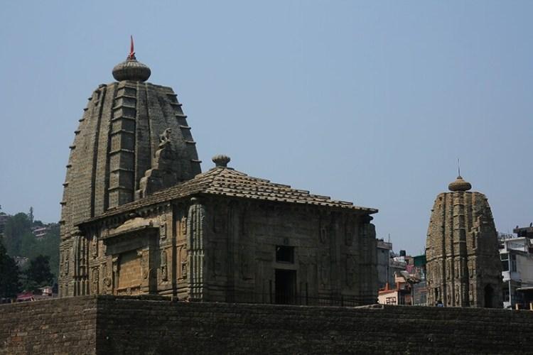 вид на храм с реки