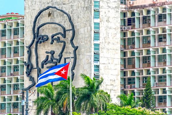 che-guevara-and-cuban-flag-la-havana-cuba-shutterstock_298487054