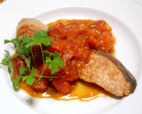 はちみつニンニクで、鮭のムニエル トマトソース
