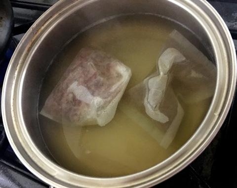 かつおぶし5gをパックに入れて濃いだし汁を作る