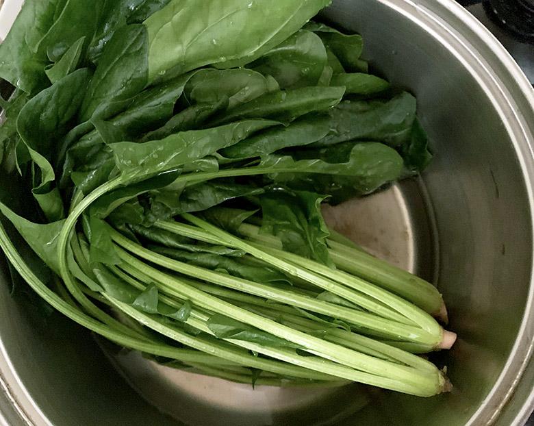 鍋の水が沸騰したら、ほうれん草の茎の部分からを鍋に入れる