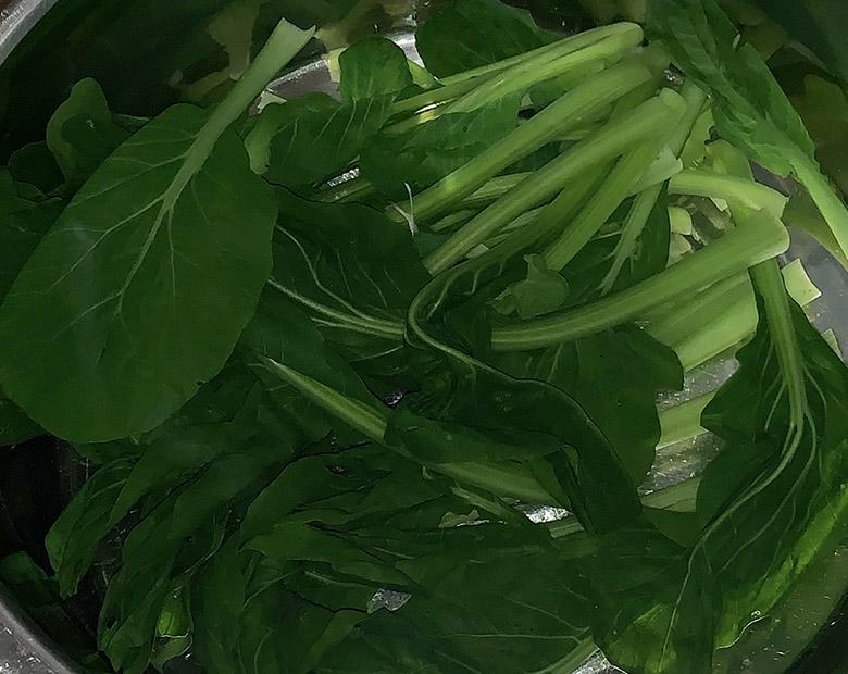 ゆであがったは小松菜は冷水につけて冷やし、色止めする