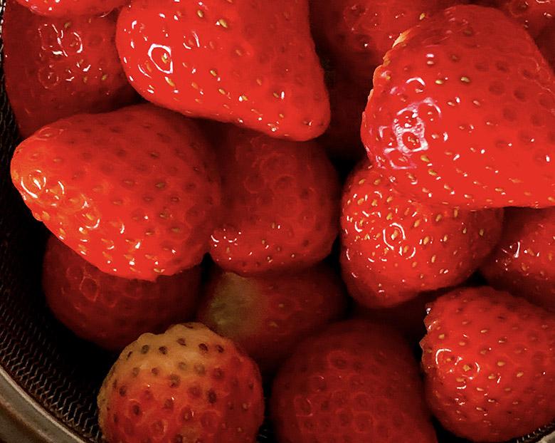 イチゴを1/2にカット