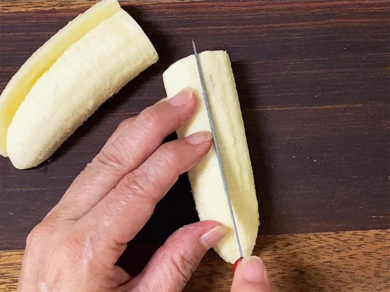 バナナの皮をむいで、縦・横2等分