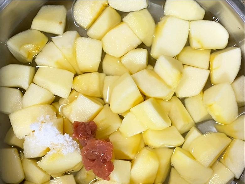 リンゴを鍋に入れ、砂糖・水・蜂蜜レモン・梅干しをやや強火で煮る