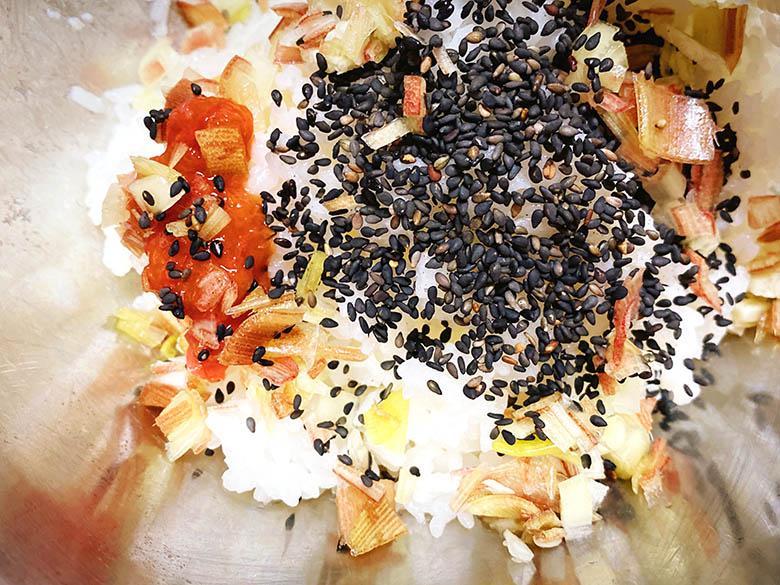 炊き立てご飯に梅干し・黒ゴマ・ミョウガを混ぜ合わせる
